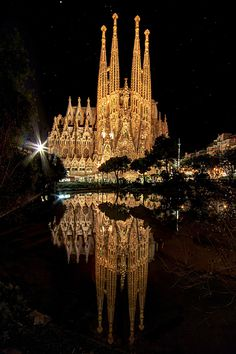 Despite it is unfinshed, the Sagrada Familia is the most emblematic monument in Barcelona and the best example of Gaudi's work. Loads of tourists visit it during the day, but few are the others that contemplate it at night: Surprisingly, when sun goes down, the cathedral becomes a golden temple reflected on the black waters. A unique spectacle!