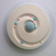 La pasticcera russa Olga Noskovaa crea delle torte dalle simmetrie perfette e con una glassa che le fa sembrare di marmo.
