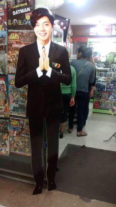 ペルー新聞(Asia al dia)で開催(2014.12.27)'Discotekpop'イベントを広報する等身大キム・ヒョンジュン(Stand ad)!https://twitter.com/catgojump/status/544298559613308928…