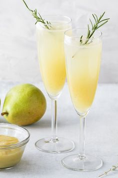Made with just sparkling wine, pear juice and gin, this tasty tipple couldn't be easier to make at home! Gin And Prosecco Cocktail, Gin Cocktail Recipes, Cocktail Drinks, Pear Drinks, Cocktails To Make At Home, Fun Cocktails, Summer Drinks, Just Wine, Root Beer
