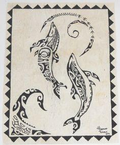Tapa Marama. Dauphins           au clair de lune réalisés à la main sur du tapa avec motifs polynésiens (écorce battue du mûrier).    Tapa Marama . Dolphins in the moonlight hand on tapa with Polynesian designs ( beaten bark of the mulberry tree ) .