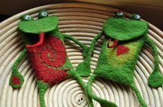...eine lustige und liebevoll nahtlos gefilzte Handytasche, an der du lange Freude haben wirst und die viel Aufmerksamkeit auf sich ziehen wird. Achtung der Frosch kann alle Yogaübungen....biegsam...