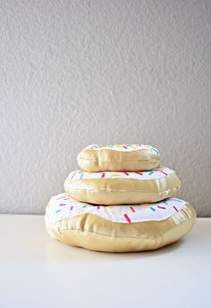 DIY Donut Pillows Step-by-Step Tutorial by little inspiration. I WANT A DONUT PILLOW.