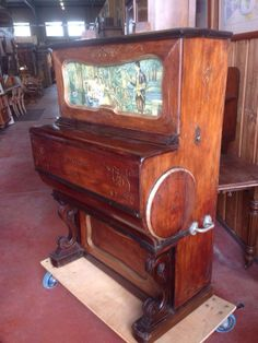 Пианола в Лионе на блошином рынке. В рабочем состоянии, с прорезью для старых франков.