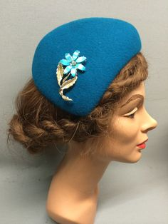 This desirable felt fascinator is the Lucille! It has an asymmetric shape and a sloping crown which forms a tear-drop shape. Trimmed with a beautiful vintage brooch. Colour: Teal #Fabhatrix #Edinburgh #Grassmarket #felt #fascinator #occasion