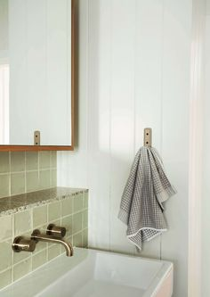 Bathroom faucet: see models and proposals to get inspired - Home Fashion Trend Bathroom Spa, Laundry In Bathroom, Bathroom Faucets, Small Bathroom, Bathroom Styling, Bathroom Interior Design, Bathroom Inspiration, Interior Inspiration, Terrazzo Flooring