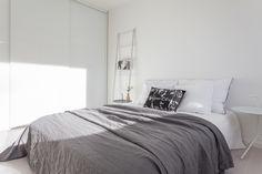 Kaunis valkoinen koti Turussa. Inarian liukuovikaapisto makuuhuoneen vaatkaappina. #valkoinen #makuuhuone #liukuovet #vaatekaapit Bedroom Bed, Bed Room, Sleep, Koti, Modern, Bedding, Furniture, Photos, Home Decor