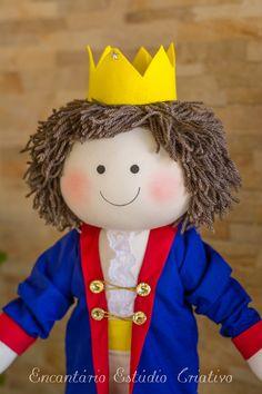 Boneco pequeno príncipe. Confeccionado em tricoline malha e detalhes em feltro. Enchimento em fibra siliconada e cabelos de lã. mede 53 centímetros. O cabelo pode ser feito lourinho, é opcional.