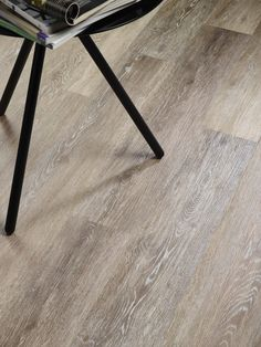Bestel tot 6 GRATIS stalen op onze website handyfloor.nl | Pro Fix - Atlantic oak: Pvc click laminaat vloer (555) | Deze prachtige vloer kan toegepast worden in iedere woning. Door de natuurlijke look past deze in zowel een modern als een klassiek interieur. Kies bij deze vloer eens voor een jute of sisal tapijt voor een cosy sfeer.