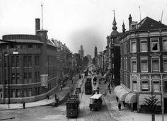 Rotterdam - De Witte de Withstraat ter hoogte van de Rotterdamsche Hypotheekbank voor Nederland. In de verte het museum Boijmans van Beuningen, waarvan de toren nog in de steigers staat. De Remonstrantse kerk staat er tegenover, 5 augustus 1933.