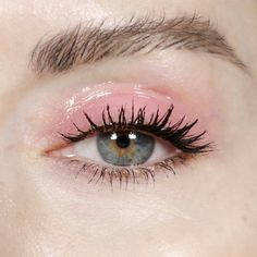 Pink makeup for blue eyes, we say yes! - Le maquillage rose pour les yeux bleus, on dit oui ! Pink make-up: wet eyeshadow and thick lashes Makeup Fx, Glossy Makeup, Pink Makeup, Cute Makeup, Makeup Goals, Beauty Makeup, Hair Makeup, Makeup 2018, Makeup Brushes