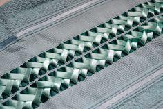 Toalha para lavabo, 100% algodão, medindo 33 x 50cm, com trançado em fita feito artesanalmente.  Peça única e vem na caixa. =)