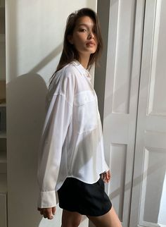 Casual Night Out, White Button Up, T Shirts For Women, Clothes For Women, Casual T Shirts, White Fashion, Workout Shirts, Casual Looks, Shirt Style