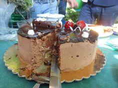 mousse al cioccolato fondente con base in pasta sfoglia, cuore con geleè alla fragola, glassa fondente a specchio