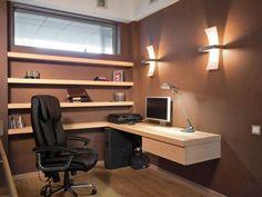 bureau en bois massif suspendu, étagères flottantes en bois et chaise pivotante noire
