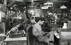André Kertesz (1894-1985) Né en 1894 à Budapest, Andor (André en hongrois) n'a que huit ans quand son père meurt. Son oncle, Lipot Hoffman, se charge de son éducation et de celle de ses deux frères. Diplômé de l'Académie de commerce de Budapest, il occupe...