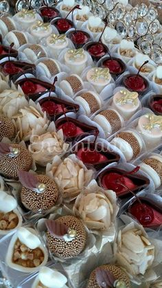 Sophisticated Little Desserts or Mini Cakes 🎂 Mini Cakes, Cupcake Cakes, Mini Desserts, Dessert Recipes, Patisserie Fine, Cakes And More, Chocolates, Dessert Table, Cake Cookies