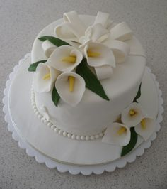 so trying this for my final project. Liez Cakes And Etc: Hantaran cake Small Wedding Cakes, Wedding Cakes With Flowers, Wedding Cupcakes, Fondant Flower Cake, Fondant Cakes, Cupcake Cakes, Easy Cake Decorating, Cake Decorating Techniques, Cake For Anniversary