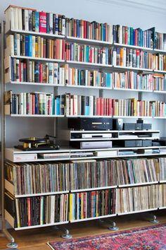 たくさんの本にレコード、そして、オーディオ機器。かなり重そうな収納でもヴィツゥなら何てことはありません。その秘密は、壁と床で支えるセミ・ウォールマウント式に補助脚をつけて安定性を高めているから…