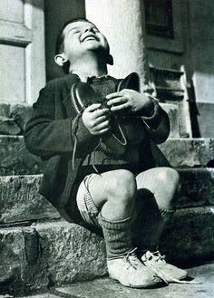 Werfel, una niña huérfana de 6 años de Austria sólo se ha dado su primer par de zapatos nuevos por la Cruz Roja Americana, 1946.