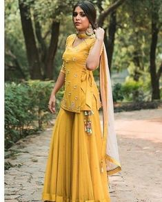 Beautiful Kurti with sharara set. Beautiful Kurti with sharara set. Sharara Designs, Lehenga Designs, Kurti Designs Party Wear, Indian Fashion Dresses, Dress Indian Style, Indian Fashion Trends, Punjabi Fashion, Mehendi Outfits, Pakistani Outfits
