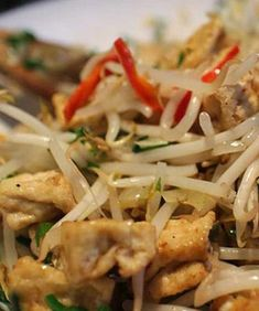 Indonesian Food Indonesian cuisine is one of the most vibrant and colourful cuisines in the world, full of intense flavour. Easy Chicken Recipes, Easy Dinner Recipes, Asian Recipes, Easy Meals, Vegetable Recipes, Vegetarian Recipes, Cooking Recipes, Indonesian Cuisine, Indonesian Recipes