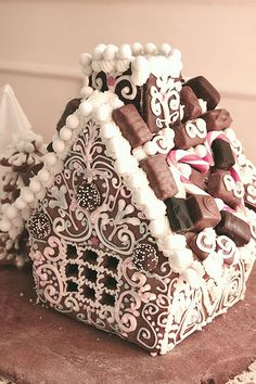 Kristyr till pepparkakshus Gingerbread house More Gingerbread House Designs, Gingerbread House Parties, Christmas Gingerbread House, Noel Christmas, Christmas Goodies, Gingerbread Man, Christmas Desserts, Holiday Treats, Christmas Treats