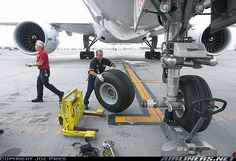aircraft tyre change... Boeing 777-206/ER