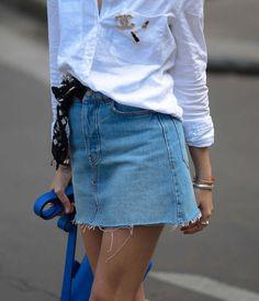 La jupe en denim est de retour ! Comment la porter ? Je vous propose un look avec une mini jupe en jean, chemise en lin oversize et une paire de vans