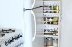 Esta estante secreta é perfeita para cozinhas pequenas