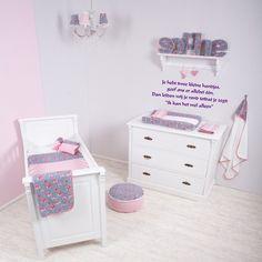 Maak de babykamer of kinderkamer speciaal met een mooie muursticker van HummeltjeKado. De stickers zijn verkrijgbaar in diverse kleuren en afmetingen.