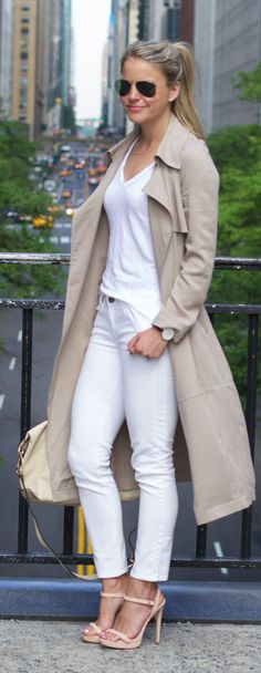 Tan and white with trench coat styling fashion moda, moda ca Trench Coat Outfit, Trench Coat Style, Trench Coats, Spring Summer Fashion, Autumn Winter Fashion, Look Office, Mode Style, Fall Winter Outfits, White Fashion