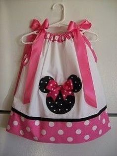 This adorable pillowcase dress with Minnie Mouse is perfect for the littlest Disney World fan. Disney Dresses, Disney Outfits, Boy Outfits, Sewing For Kids, Baby Sewing, Sewing Clothes, Diy Clothes, Dress Sewing, Little Girl Dresses