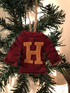 Check out 100 amazing Harry Potter crafts ideas for all ages! From wands to delicious treats, these Harry Potter DIY crafts are a delight. Harry Potter Christmas Decorations, Harry Potter Ornaments, Harry Potter Christmas Tree, Hogwarts Christmas, Christmas Tree Themes, Christmas Crafts, Xmas, Pull Harry Potter, Harry Potter Felt
