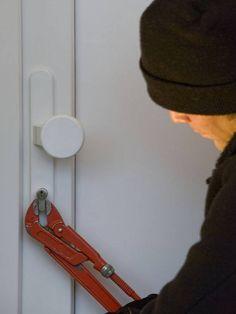 Einbruchschutz für Haus und Wohnung Alle drei bis fünf Minuten wird in Deutschland eingebrochen. Deshalb sollten Haus- und Wohnungsbesitzer ihr Eigentum mit einem zusätzlichen  Einbruchschutz, speziellen Schlössern und Beschlägen schützen.