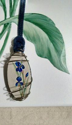 Ciondolo in legno in spirale su piastrella. Dipinto a mano. Iris.