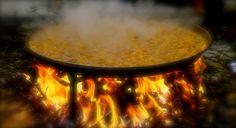 La paella cocinada a leña, es un valor añadido en Sueca o en cualquier lugar del mundo. Valencia Spain, Risotto, Rice, Outdoor Decor, Recipes, Laughter, Jim Rice