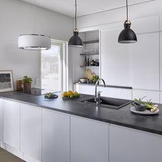 Kaappitila – sitä ei voi koskaan olla keittiössä liikaa. Tämä keittiön saareke pitää sisällään kaappeja koko pituudelta! #designtalo #keittiö Kitchen Island, Kitchen Cabinets, Modern, Table, Furniture, Home Decor, Design, Island Kitchen, Trendy Tree