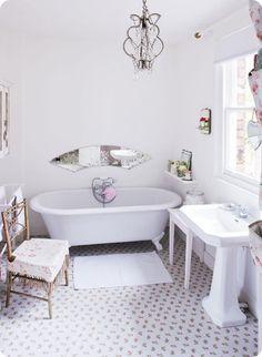 30 Adorable Shabby Chic Bathroom Ideas Blanc Shabby Chic, Cocina Shabby Chic, Shabby Chic Kitchen Decor, Shabby Chic Style, Vintage Bathrooms, Chic Bathrooms, Small Bathrooms, Modern Bathroom, Shabby Chic Romantique