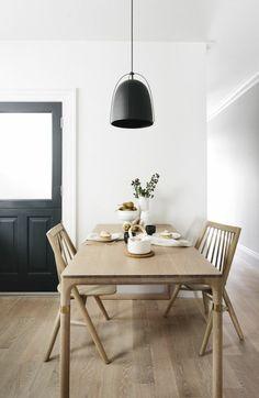 sol en parquet chene massif clair, table en bois, chaises en bois, lustre noir