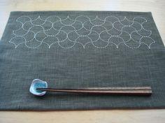 日本伝統の刺繍技法 刺し子を用いたランチョンマット 1枚サイズ:44cmx31cm素材:綿(布糸とも)色:根岸色x生成糸昔から受け継がれてきた伝統模様を普段の... ハンドメイド、手作り、手仕事品の通販・販売・購入ならCreema。