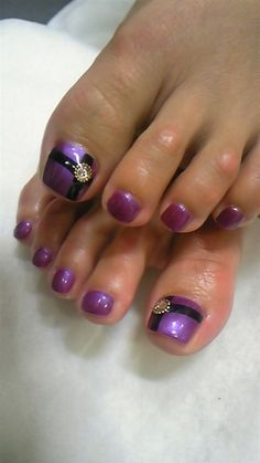 20 Best and Easy Christmas Toe Nail Designs - Fashiotopia Nail Designs 2014, Pedicure Designs, Manicure E Pedicure, Toe Nail Designs, Purple Pedicure, Purple Toes, Purple Nail, Fancy Nails, Love Nails