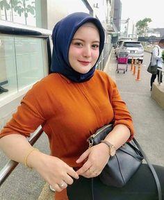 Raiza Irf's media content and analytics Hijab Elegante, Hijab Chic, Arab Girls Hijab, Muslim Girls, Hijabi Girl, Girl Hijab, Beautiful Muslim Women, Beautiful Hijab, Moda Hijab