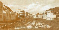 Rua Nilo Cairo, quase na esquina com a Mariano Torres. Data: 1956. Foto: Arthur Wischral. Acervo: Cid Destefani. Gazeta do Povo, Coluna Nostalgia (17/01/1999)