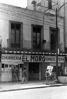 La churrería El Moro, establecimiento fundado en 1935 y que ahora constituye un referente del Centro Histórico, en una imagen cercana a 1974, cuando la calle que ahora es el Eje Central Lázaro Cárdenas aún llevaba el nombre de San Juan de Letrán.