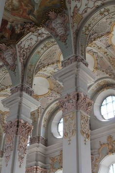 The ceiling were painted exquisitely, depicting beautiful scenes of artistic splendour. Breath-taking.