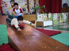12/17體能課 我們今天玩了滑板車喔!我是空中飛人