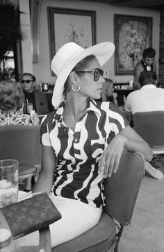 Slim Aarons, Vintage Photography, White Photography, Ocean Photography, Fashion Photography, 60s Fashion Trends, Women's Fashion, 1960s Fashion, Hermes Bags