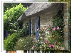 Roses, clematis, a thatched roof: a cottage garden in Brittany. - My Cottage Garden French Cottage Garden, Irish Cottage, Cute Cottage, Cottage Style, English Country Cottages, English Country Gardens, English Countryside, English Farmhouse, Cottage Shutters