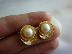 Gold Jewelry Rules Everything – Gold Jewelry for any purpose Gold Jewelry Simple, Paper Earrings, Gold Earrings Designs, Pearl Stud Earrings, Geek Jewelry, Pearl Jewelry, Jewelry Necklaces, Vintage Jewellery, Antique Jewelry